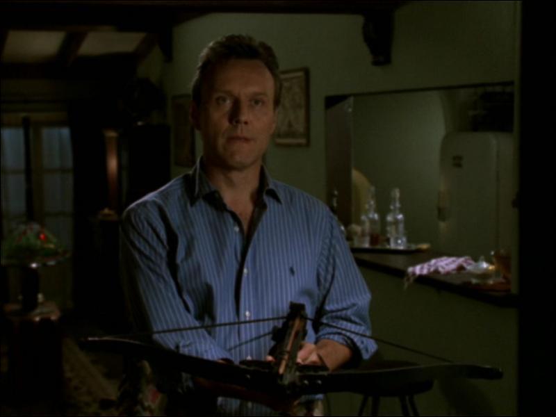 Qui se trouve au bout de l'arbalète de Giles ?