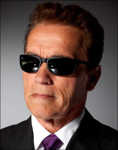 Il occupe maintenant de hautes fonctions politiques, mais les lunettes noires doivent lui rappeler :