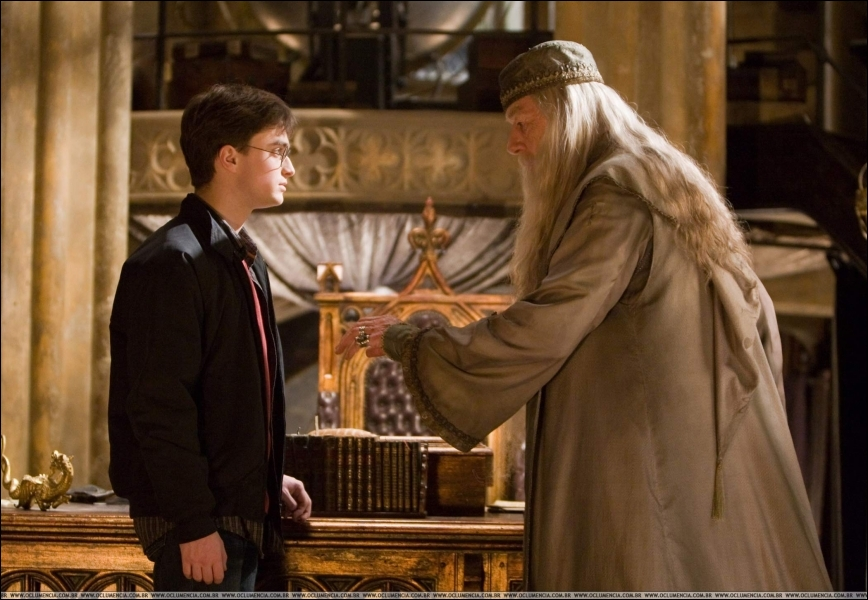 Tu crois donc que les morts que nous avons aimés nous quittent vraiment ?   De quoi veut parler Dumbledore à Harry en prononçant cette phrase ?