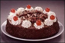 Gastronomie : quel est le nom de cette génoise au cacao fourrée de cerises et de crème chantilly ?