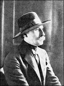 Né en 1872, décédé en 1960, il est l'auteur des 17 tomes des  Ballades  et le fondateur de la revue  vers et prose . Son clan l'a élu  Princes des poètes  en 1912.