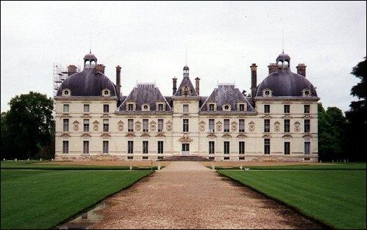 Du nom de ce château qui inspira Hergé pour son château de Moulinsart, ne retenez que la 1ère syllabe, c'est-à-dire...