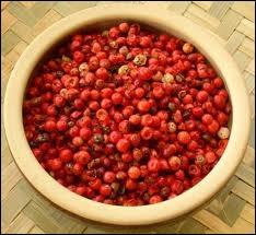 Que sont ces baies aux saveurs de poivre et d'anis qui proviennent d'un arbre originaire du Sud Ouest de l'océan indien ?