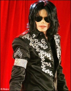 Dans le clip  Rock my world , de quelle couleur est la robe de la fille que Michael séduit ?