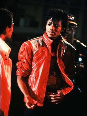 Dans  Beat it  lorsque Michael se trouve dans la chambre de l'hôtel, quel motif y a-t-il sur son tee-shirt blanc ?