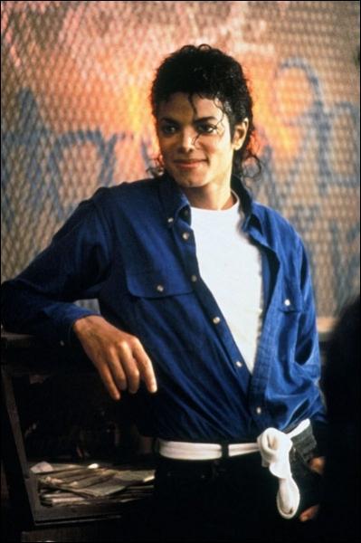 Dans le clip  The way you make me feel  combien d'hommes accompagnent Michael ?