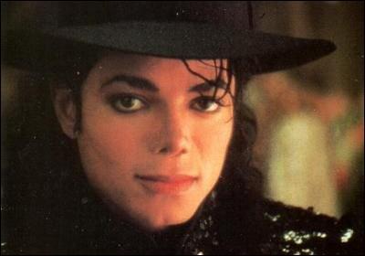 Dans le clip  Give in to me , à quelle main Michael porte-t-il une attelle ?