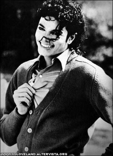 Dans le clip  Liberian Girl  de quelle couleur est la chemise de Michael ?