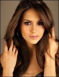 Entre qui et qui Elena hésite-t-elle ?