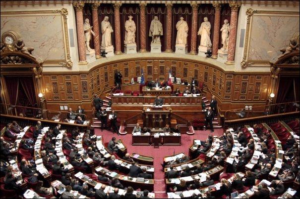 Dans le nom de quelle capitale trouverez-vous les lettres nécessaires pour écrire celui de cette assemblée représentant la chambre haute du Parlement français ?