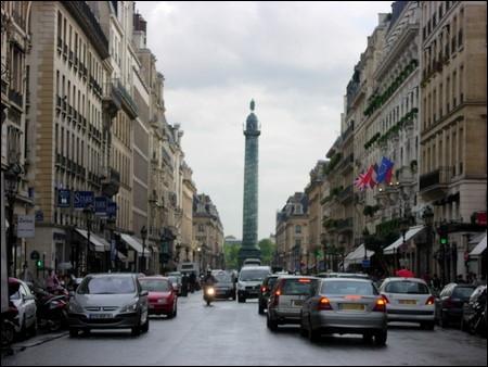 Quelle est cette célèbre rue où l'on peut apercevoir l'Obélisque ?