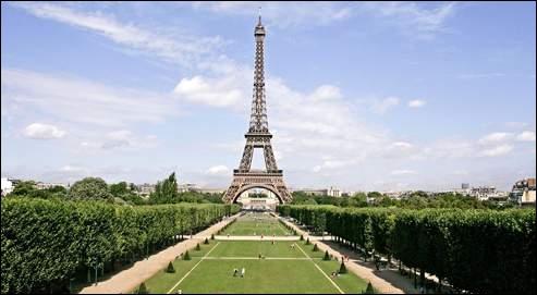 Qu'est-ce qui se trouve devant le plus grand monument de Paris ?