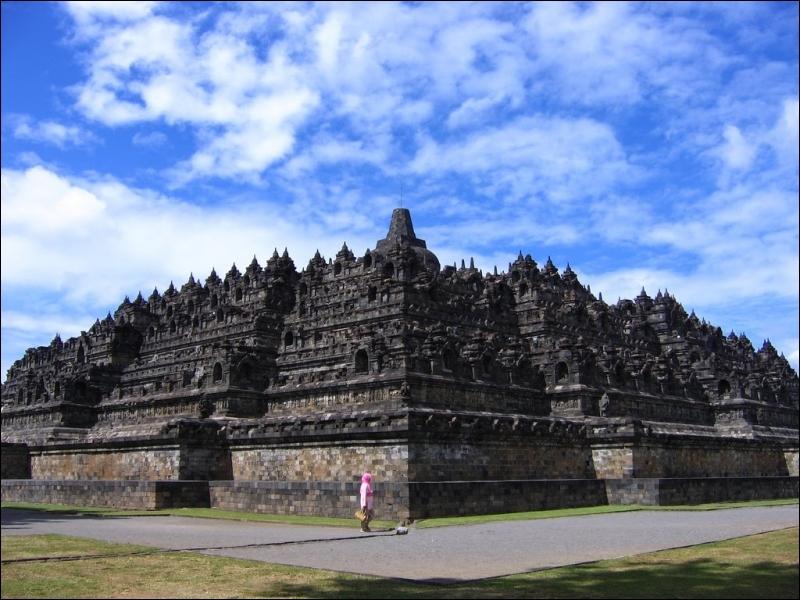 Le temple de Borobudur (Indonésie) est une des :
