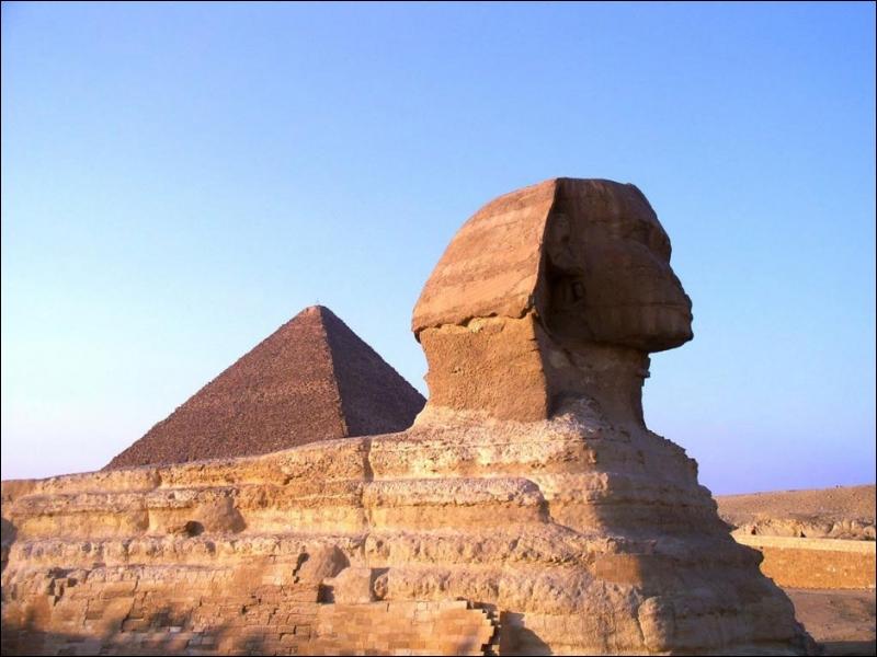 Le sphinx de Gizeh (Égypte) est une des :