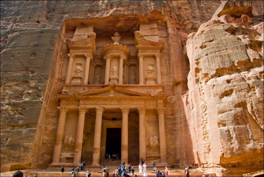 Le site de Pétra (Jordanie) est une des :