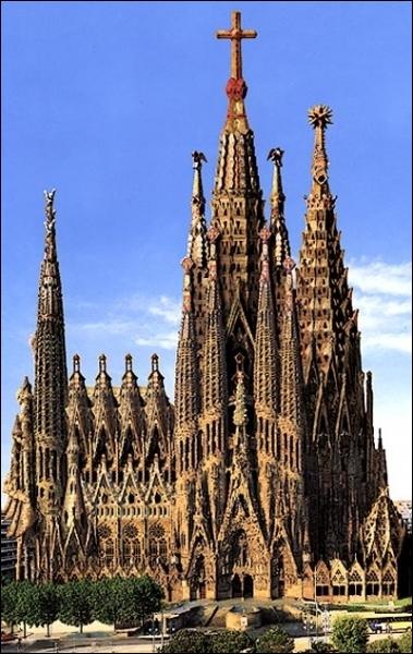 Où se situe la Sagrada Familia conçue par Antoni Gaudi ?