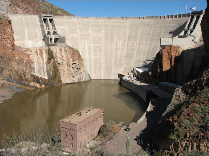 Où se situe le barrage Théodore Roosevelt, achevé en 1911 et qui fut alors le plus grand barrage du monde ?