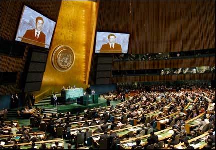 Géographie : De quoi est entouré le globe terrestre sur le drapeau des Nations unies ?