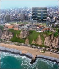 Lima est une capitale qui se trouve sur...
