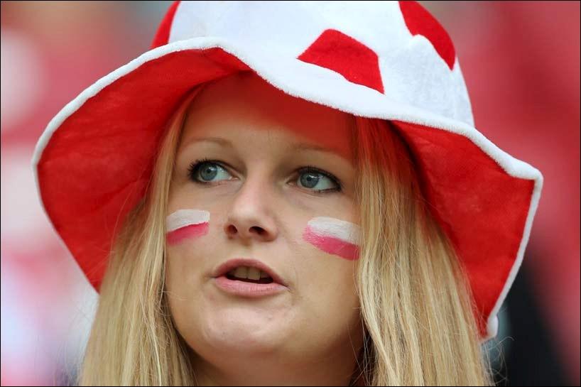 Quel pays soutient cette jeune femme ?