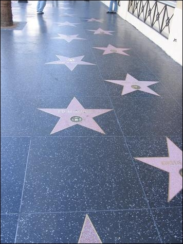 Le «Hollywood Walk Of Fame» est un trottoir sur Hollywood Boulevard où l'on retrouve des étoiles qui rendent hommage aux artistes de certaines industries. Quelle industrie n'y figure pas ?