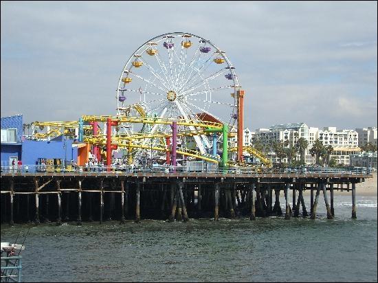 Qu'est-il écrit sur l'enseigne du «Santa Monica Pier» ?