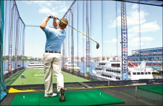 Chelsea Piers est un quai qui permet de frapper des balles de golf. Sur combien d'étages pouvons-nous en frapper ?