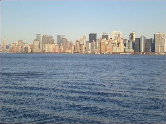 De quel côté se situe la «Hudson River» par rapport à Manhattan ?