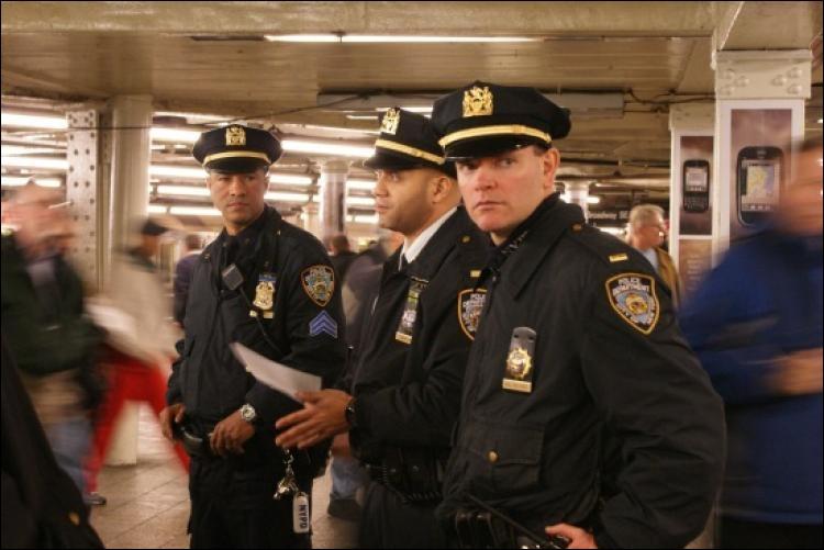 Quelles sont les couleurs des fameuses voitures de patrouille du NYPD ?