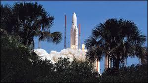 Comment s'appelle la base de lancement de fusées en Guyane française ?