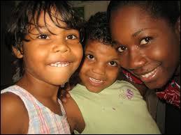 Quelle Guyane a la population la plus importante avec 800 000 habitants ?