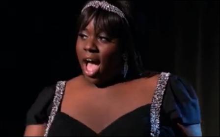 Comment s'appelle le/la chanteur/se vedette de Vocal Adrenaline ?