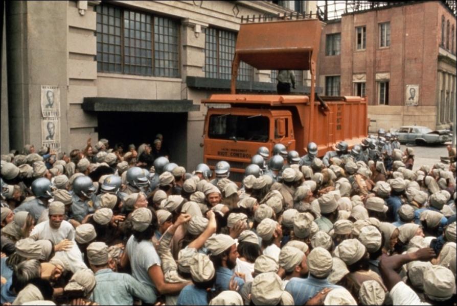 (1973) Les habitants de New York sont contraints de s'alimenter avec un aliment de synthèse, le  Soylent . Des émeutes de la faim sont fréquentes et sévèrement réprimées.