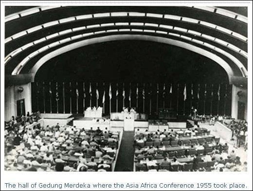 Cette conférence est, en 1955, la première réunion des pays du tiers-monde dans le but de bâtir une voie neutre entre les deux blocs, ce qui aboutira au non-alignement.