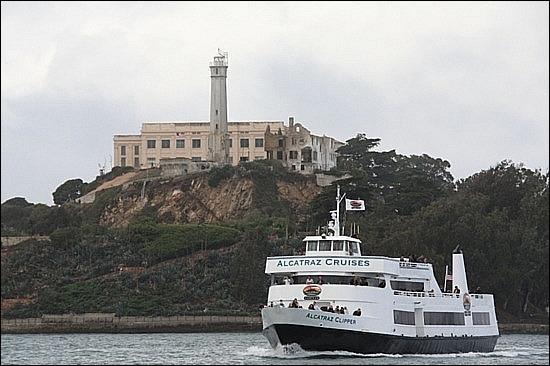 Par où doit-on emprunter le «Ferry» pour visiter la prison d'Alcatraz ?