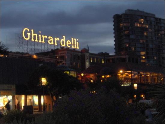 À quoi Ghirardelli Square est-il généralement associé ?