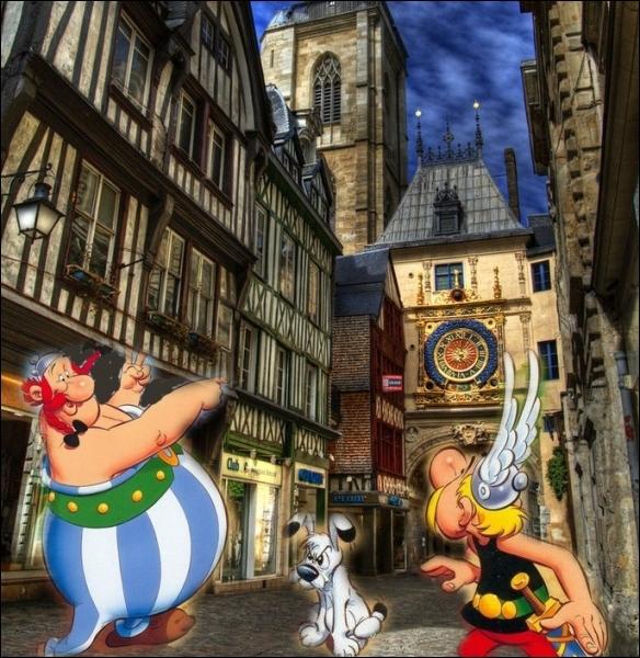 Balade dans la rue du Gros Horloge dans la cité normande de... .