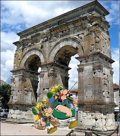 Déguisés en romains, ils partent vers une nouvelle aventure en passant sous l'Arc de Germanicus dans la ville de... .