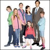 Quel est le prénom de la plus âgée des filles de la famille (en rose sur la photo) qui a disparu de la série ?