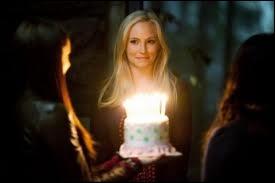 Où Matt, Bonnie et Elena fêtent-ils l'anniversaire de Caroline ?