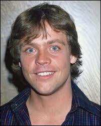Bien que sur cette photo ancienne Mark Hamill soit très jeune, quel âge a-t-il en réalité ?