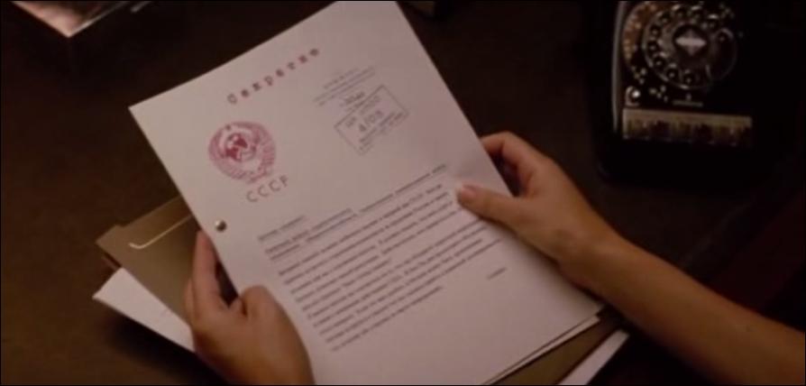 Dans cette scène de  X-men : le commencement , en quoi est rédigé le rapport que va lire l'agent MacTaggert ?