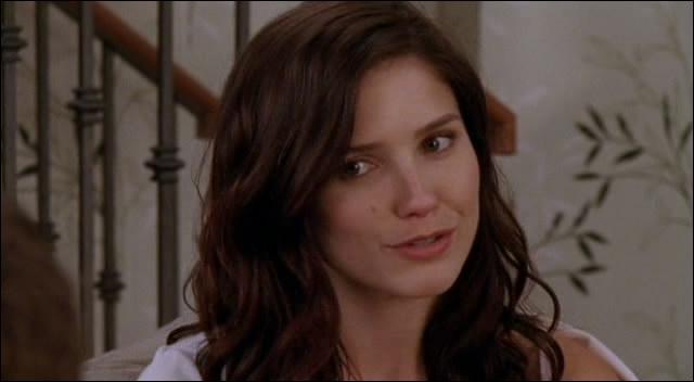 Brooke n'apprécie pas le rapprochement qu'a une fille avec Julian. Comment s'appelle cette jeune femme ?