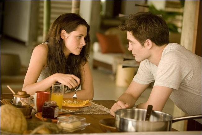 Que fait Bella lorsqu'Edward lui laisse  une minute humaine  ?