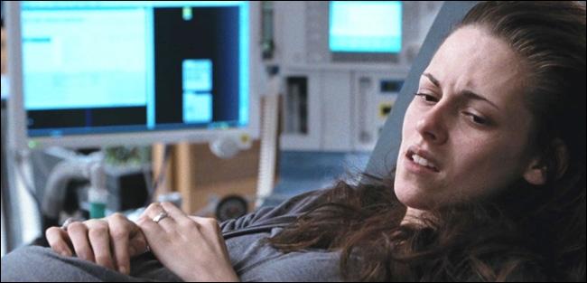 Avec quoi Edward injecte-t-il son venin à Bella ?