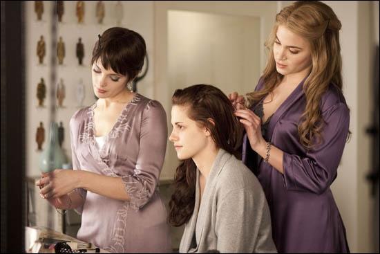 Comment Edward est-il lorsqu'on le voit au balcon au début du film ?