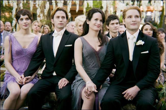 La veille du mariage, qui vient sur le bord de la fenêtre de Bella en premier lieu ?