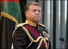 Qui est ce souverain, né en 1962, qui a succédé à son père en 1999 dont la mère est anglaise ?