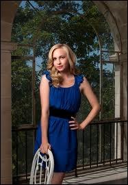 Avec qui Caroline sort-elle dans la saison 3 ?