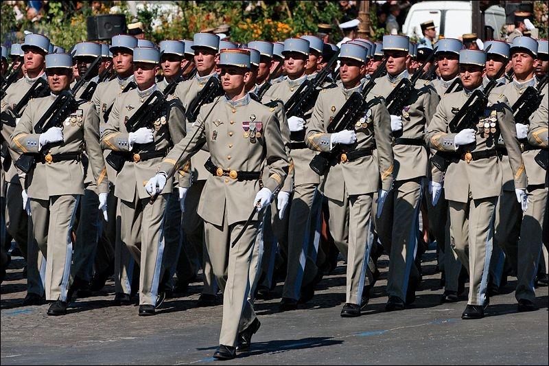 Le défilé militaire du 14 Juillet descend l'avenue des Champs-Élysées... .